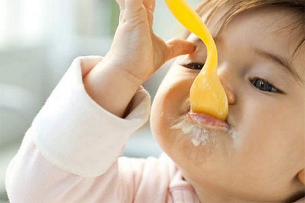 Trẻ 7 tháng tuổi ăn váng sữa được không? Lưu ý khi cho trẻ ăn váng sữa